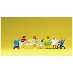 10522 Сидящие мамы, дети, коляски,скамьи  - фото 12869