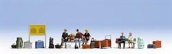 15531 Пассажиры сидящие, багаж,скамейки,расписание - фото 4237